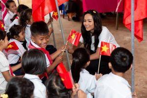 H'Hen Niê tự lái xe tới trao học bổng cho học sinh Đắk Lắk