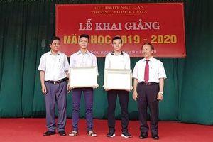 Tặng giấy khen cho 2 học sinh dũng cảm cứu người giữa dòng lũ