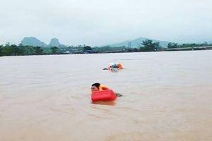 Lật thuyền chở cán bộ huyện đi thị sát lũ, 6 người bị nước cuốn