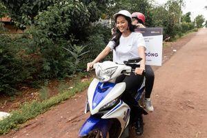 Hoa hậu H'Hen Niê tự lái xe máy về trường cũ dịp khai giảng