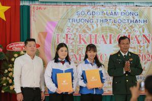 Lâm Đồng: Học sinh hào hứng nhận học bổng trong ngày khai trường