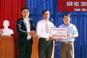 Trao 14 tủ sách và 40 suất học bổng cho học sinh Trường Tiểu học và THCS Thành Sơn