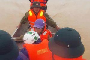 Chèo thuyền vượt lũ, đưa 3 sản phụ ở Hà Tĩnh đến bệnh viện sinh con