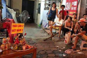 Cổ động viên 'lập đàn cầu thắng' giữa trận Việt Nam - Thái Lan