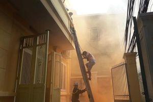 Tìm kiếm cứu nạn người mắc kẹt trong đám cháy ở ngõ sâu, chật hẹp