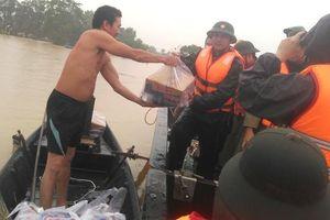 Chùm ảnh: Khốn khổ chờ nước lũ rút để dọn bùn ở Hà Tĩnh