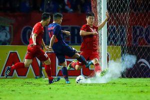 Trái bóng phát nổ khi Duy Mạnh cản phá cú sút của cầu thủ Thái Lan