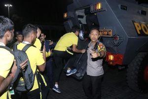 Bạo loạn VL World Cup: Cầu thủ Malaysia thoát thân bằng xe bọc thép nào?