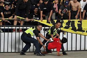 Phải rời sân bằng xe bọc thép, Malaysia khiếu nại hành vi quá khích của cổ động viên Indonesia lên FIFA