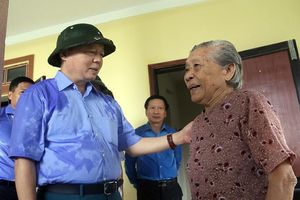 Bộ trưởng Trần Hồng Hà thị sát, thăm người dân vùng lũ Quảng Bình, Hà Tĩnh