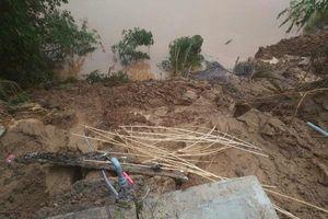 Tuyên Hóa (Quảng Bình): Xuất hiện vết nứt kéo dài cả 100 mét sau khi lũ rút