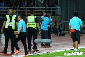 HLV Thái Lan vượt giới hạn, HLV Park Hang Seo ôm đối thủ giảng hòa
