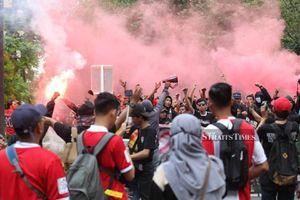 Bộ trưởng Thể thao Malaysia gọi hooligan Indonesia là 'xã hội đen', tuyên bố kiện lên FIFA