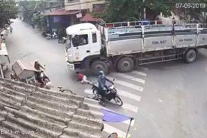 Đang đánh lái rẽ phải, tài xế 'bủn rủn cả người' khi phát hiện điều bất thường dưới bánh xe
