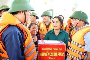 Phó thủ tướng đi thuyền vào vùng rốn lũ động viên người dân