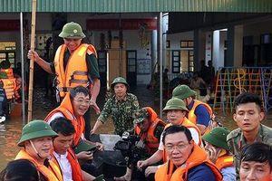 Phó Thủ tướng đi thuyền vào vùng 'rốn lũ' thăm, tặng quà cho người dân