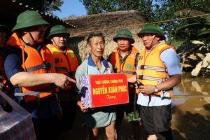Phó Thủ tướng Vương Đình Huệ động viên, thăm hỏi người dân vùng lũ Hà Tĩnh