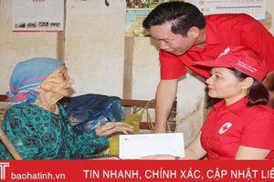 Hội Chữ thập đỏ Việt Nam trao quà cho người dân vùng lũ Hương Khê