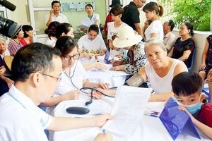 Hàng trăm người dân khám sức khỏe sau vụ cháy Công ty Rạng Đông