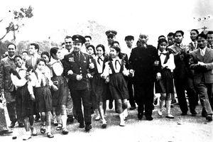 Bác Hồ cùng German Titov thăm khu Hồng Quảng và Vịnh Hạ Long (tháng 1/1962)