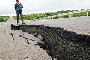 Cận cảnh con đường 250 tỷ vừa hoàn thành đã nứt như động đất sau vài trận mưa