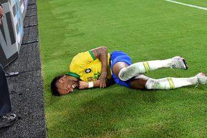 Neymar bị hậu vệ Colombia húc bay khỏi sân, đâm đầu vào bảng quảng cáo