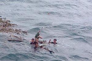 Các thuyền viên chìm tàu trên biển Quảng Bình đoàn tụ với gia đình trong nước mắt