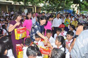 Phó Chủ tịch nước Đặng Thị Ngọc Thịnh tặng quà Trung thu cho trẻ em ở Quảng Nam