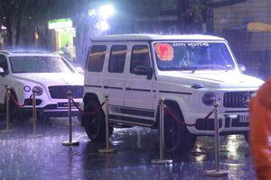 Dàn siêu xe 'đội mưa' ở đám cưới con gái Minh Nhựa