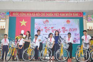 Thủ tướng Nguyễn Xuân Phúc trao quà Trung thu cho trẻ em nghèo