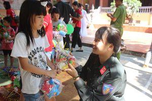 Công an Hà Nội mang Trung thu đến với trẻ em kém may mắn