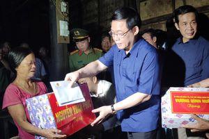 Phó Thủ tướng Vương Đình Huệ thăm, tặng quà người dân vùng lũ Quảng Bình