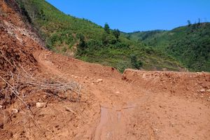 Quảng Bình: Sạt lở hơn 100.000m³ đất gây ách tắc đường ra biên giới