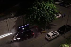 Mâu thuẫn chỗ đậu xe trong chung cư, thanh niên điều khiển ô tô tông xe máy khiến 2 người bị thương