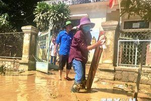 Người dân Quảng Bình khẩn trương khắc phục hậu quả mưa lũ