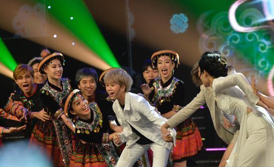 Clip: Dàn diễn viên 'Về nhà đi con' quẩy cực sung với bản hit 'Để Mị nói cho mà nghe' tại VTV Awards