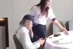 Châu Tinh Trì cô độc đi ăn cơm một mình ở tuổi 57