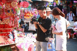 Tiểu thương Hàng Mã đồng loạt treo biển 'Cấm chụp ảnh', khách muốn chụp phải bỏ phí?