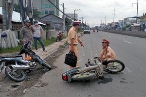 Xe máy va chạm trên QL1A, 2 người nhập viện