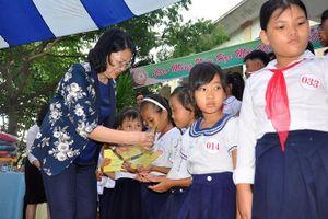 Phó Chủ tịch nước Đặng Thị Ngọc Thịnh tặng quà trung thu cho trẻ em Quảng Nam