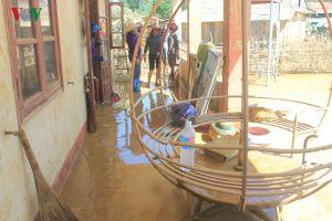 Những cô giáo tạm gác việc nhà, dọn bùn đất ở vùng rốn lũ Tân Hóa