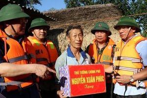 Phó Thủ tướng Vương Đình Huệ động viên nhân dân vùng lũ Hà Tĩnh