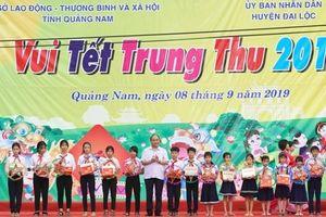 Thủ tướng trao quà cho 300 trẻ em có hoàn cảnh khó khăn