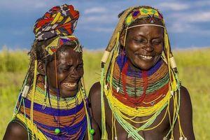 Kỳ lạ bộ lạc chế tạo búi tóc, vòng cổ từ chất thải của bò