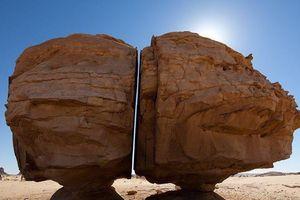 Vết cắt bí ẩn chia đôi khối đá vạn năm tuổi ở Arab Saudi