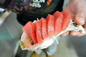 Cầm 10 USD ăn no sashimi cá ngừ, bạch tuộc ở chợ hải sản tại Nhật Bản