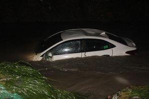Cứu bốn người đi trên ô-tô bị nước lũ cuốn trôi