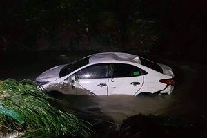 4 người kẹt trong ô tô bị nước cuốn trôi xuống suối Săn Máu