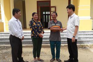 Thuyền bị lật khi thị sát vùng lũ: Bí thư Huyện ủy cảm ơn người dân đã cứu nạn