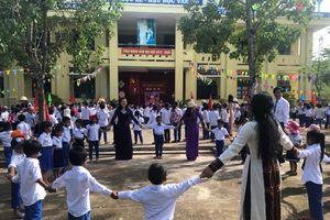 Vui múa cùng học sinh vùng lũ trong ngày khai giảng muộn